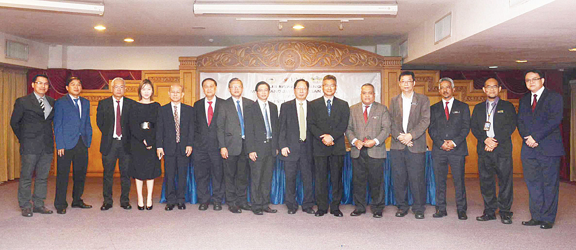 天猛公拿督 劉利民、拉昔 邁、王金龍、 黃其明等人攝 于簽約儀式 上。