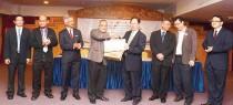 沙巴大學署理副校長拉昔邁贈送紀念品予天猛公拿督劉利民。